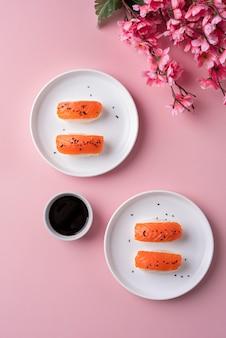 Delicioso sushi e molho de soja acima da vista