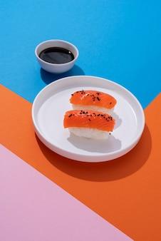 Delicioso sushi e molho de soja de alto ângulo