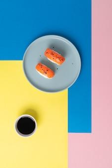 Delicioso sushi e molho de soja plano