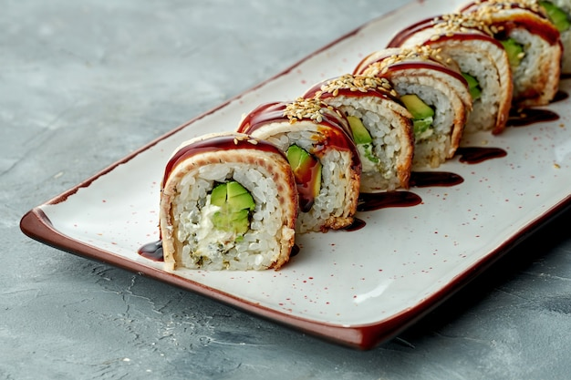 Delicioso sushi roll dragão dourado com cream cheese