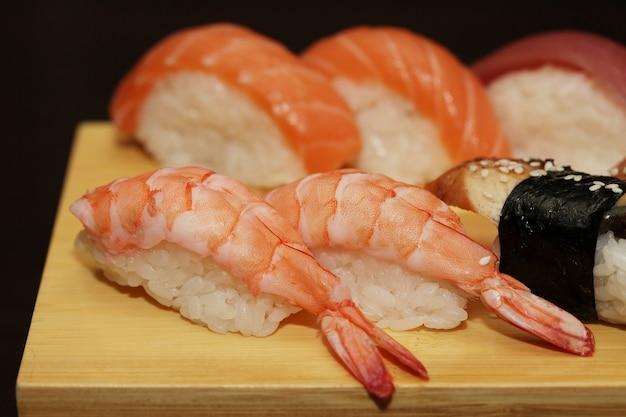 Delicioso sushi servido em tábua de madeira