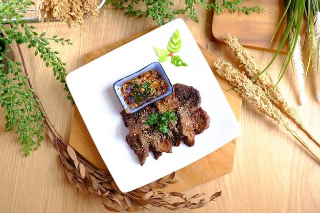 Deliciosos assados com molho de pimenta no prato