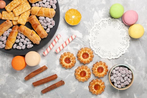 Deliciosos bagels com bolachas de cima, macarons e bolachas, bolachas de mesa, bolachas doces, torta de açúcar crocante