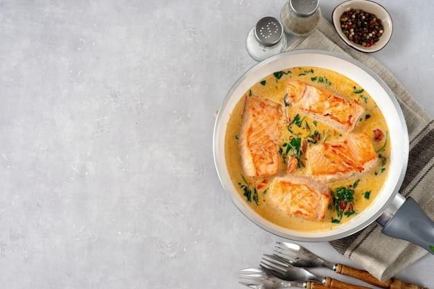 Deliciosos bifes de salmão em molho de natas na luz