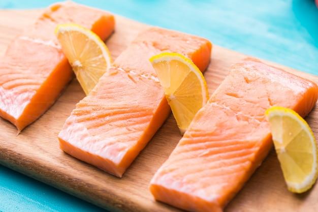 Deliciosos bifes de salmão na tábua de madeira
