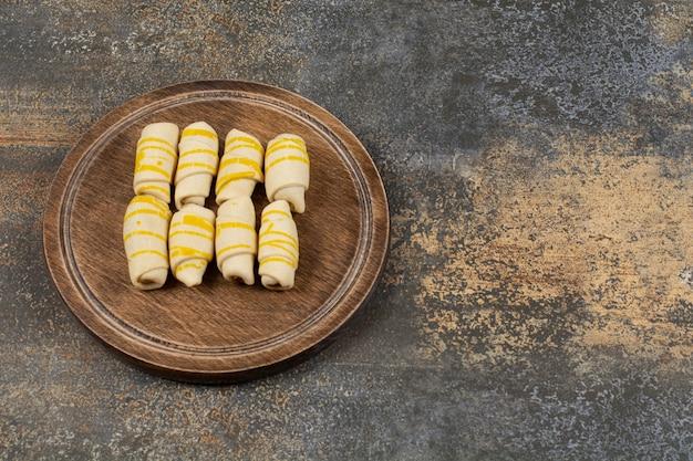 Deliciosos biscoitos artesanais na placa de madeira.