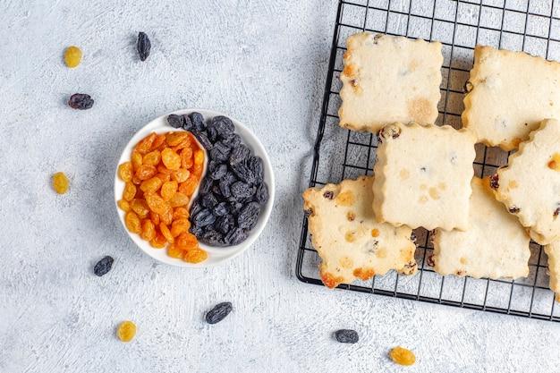 Deliciosos biscoitos caseiros com passas.