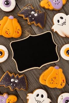 Deliciosos biscoitos caseiros de halloween de várias formas na velha mesa de madeira