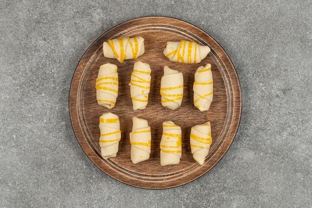 Deliciosos biscoitos caseiros na tábua de madeira