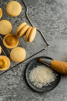 Deliciosos biscoitos com creme na mesa