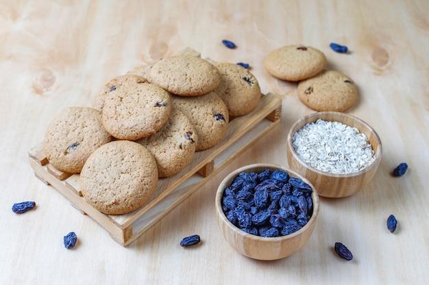 Deliciosos biscoitos com passas e aveia, vista superior
