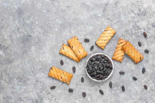 Deliciosos biscoitos com passas, vista superior