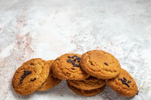 Deliciosos biscoitos de açúcar de frente para a massa de areia no espaço em branco