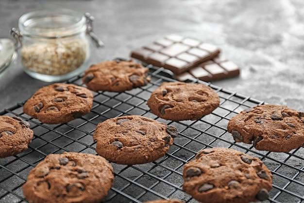 Deliciosos biscoitos de aveia com gotas de chocolate na grade de metal