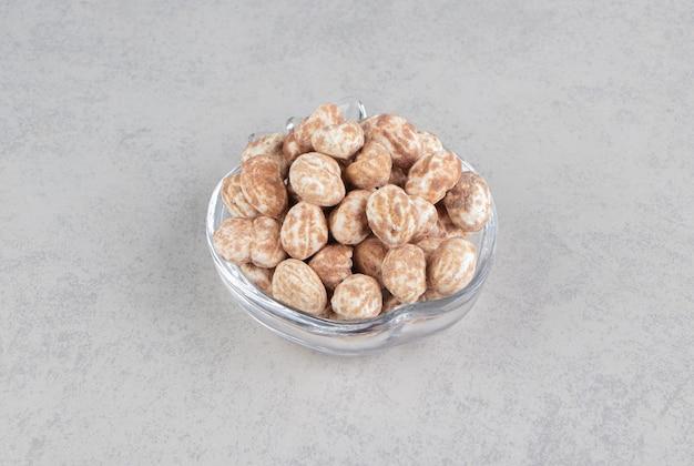 Deliciosos biscoitos de canela na tigela sobre a superfície de mármore