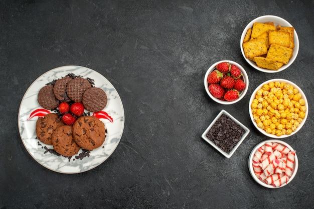 Deliciosos biscoitos de chocolate com salgadinhos de cima