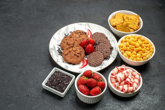 Deliciosos biscoitos de chocolate com salgadinhos de frente