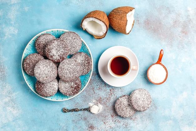 Deliciosos biscoitos de chocolate e coco com coco, vista superior