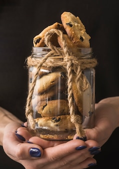 Deliciosos biscoitos de chocolate em uma jarra de close-up
