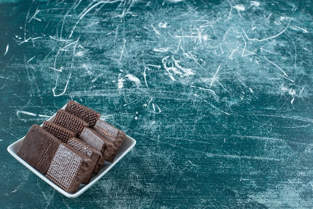 Deliciosos biscoitos de chocolate em uma tigela branca.