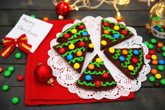 Deliciosos biscoitos de natal coloridos com decoração festiva