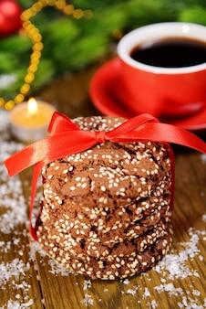 Deliciosos biscoitos de natal em uma jarra em close-up da mesa