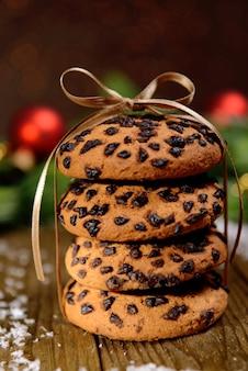 Deliciosos biscoitos de natal em uma jarra na mesa com fundo marrom