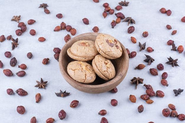 Deliciosos biscoitos de nozes em uma tigela com roseiras.