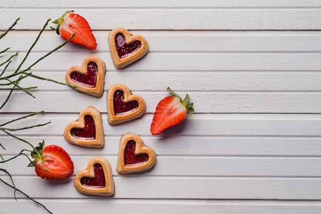 Deliciosos biscoitos e morangos suculentos