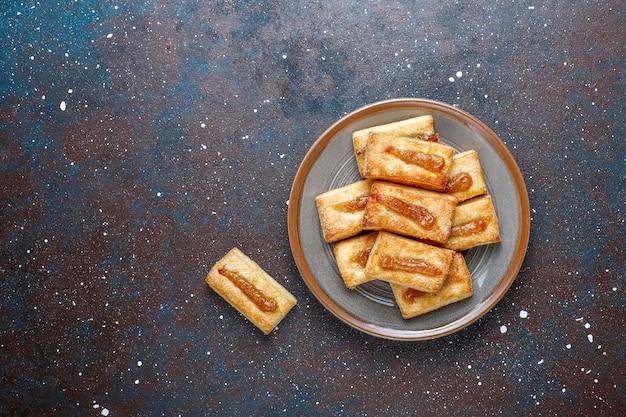 Deliciosos biscoitos frescos com geléia por cima.