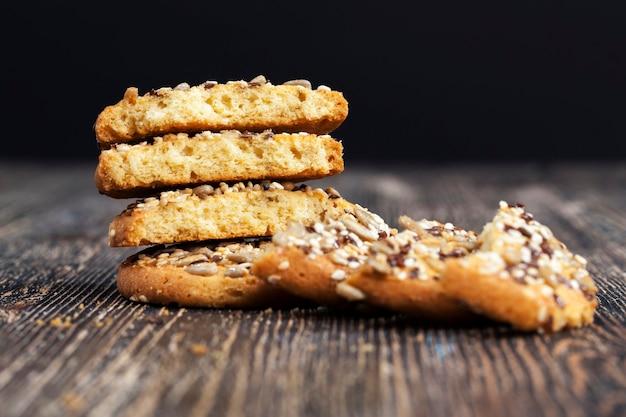 Deliciosos biscoitos frescos feitos de aveia de alta qualidade com sementes de linho e girassol e nozes