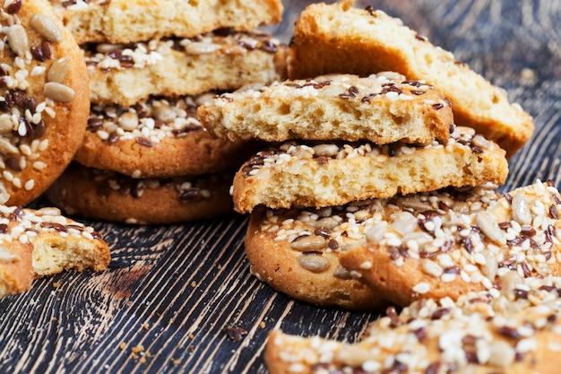 Deliciosos biscoitos frescos feitos de aveia de alta qualidade com sementes e nozes