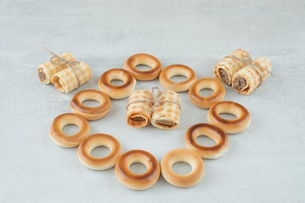 Deliciosos biscoitos redondos com waffles na corda em fundo branco. foto de alta qualidade
