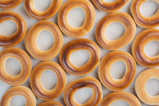 Deliciosos biscoitos redondos em fundo branco. foto de alta qualidade