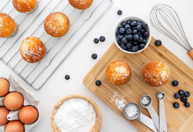 Deliciosos bolinhos matinais com mirtilos Foto gratuita