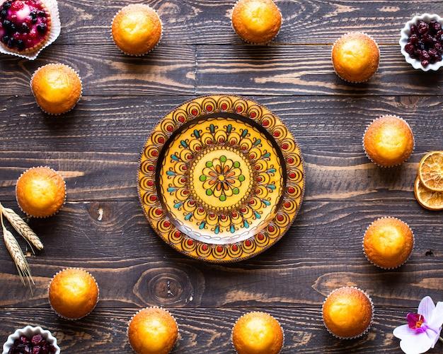 Deliciosos bolos caseiros com iogurte, numa superfície de madeira com espaço para texto.