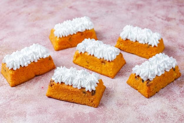 Deliciosos bolos caseiros de frutas pequenas, bolos de passas