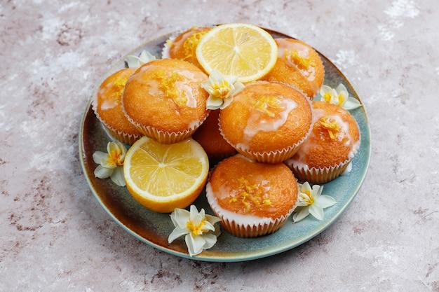 Deliciosos bolos caseiros de limão caseiro com limões em um prato na mesa