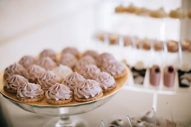 Deliciosos bolos de casamento em uma bandeja de vidro