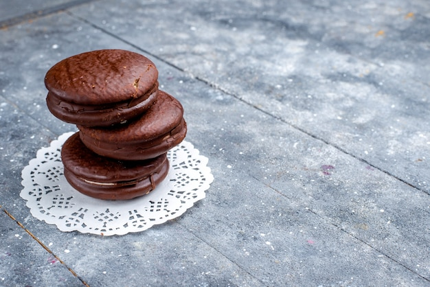 Deliciosos bolos de chocolate redondos formados isolados em cinza, assar bolo de chocolate cacau doce biscoito