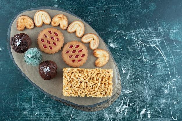 Deliciosos bolos em uma placa de madeira. foto de alta qualidade