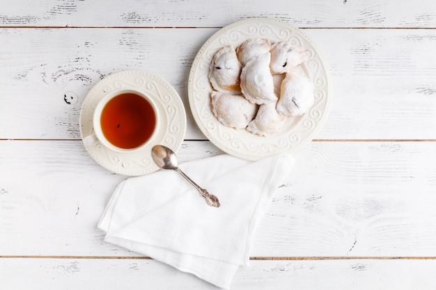Deliciosos bolos rústicos cheios de bagas em uma placa de cerâmica em um de madeira.