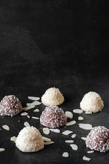 Deliciosos bombons de chocolate com cocos