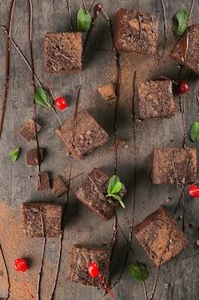 Deliciosos brownies de cacau na mesa