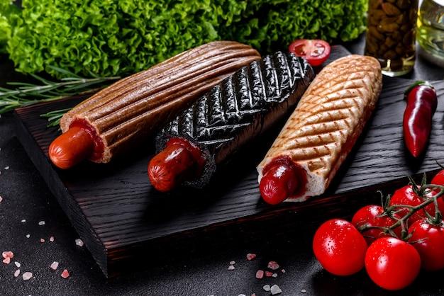 Deliciosos cachorros-quentes frescos com vários tipos de pãezinhos e salsichas. fast food, comida não útil