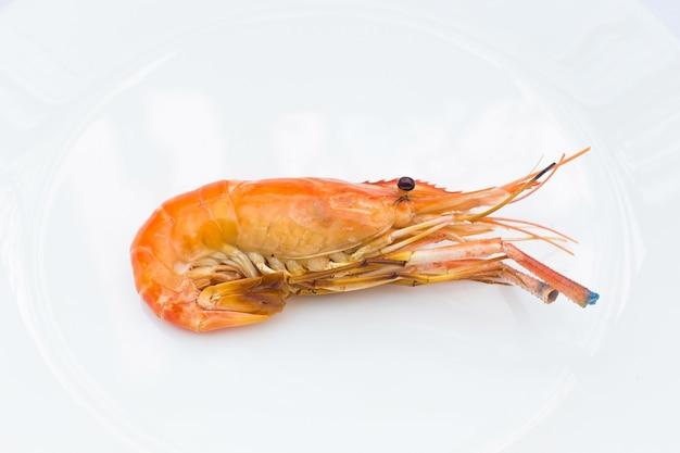 Deliciosos camarões do rio queimados em um fundo branco