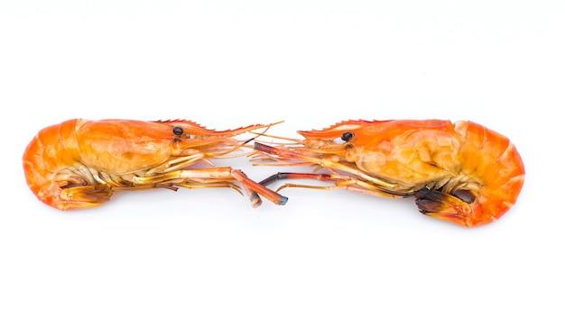 Deliciosos camarões grelhados em um fundo branco