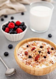 Deliciosos cereais e iogurte com frutas da floresta