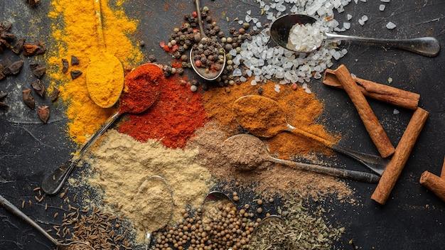 Deliciosos condimentos indianos na horizontal.