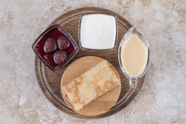 Deliciosos crepes com creme de leite e geléia de morango